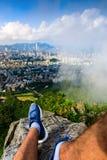 Bemannen Sie das Genießen von Hong Kong-Ansicht vom Löwefelsen lizenzfreie stockfotos