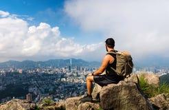 Bemannen Sie das Genießen von Hong Kong-Ansicht vom Löwefelsen lizenzfreie stockfotografie