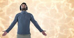 Bemannen Sie das Genießen von Musik auf Kopfhörern über abstraktem Hintergrund Stockbild
