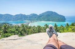Bemannen Sie das Genießen der Ansicht in Phiphi-Inselstandpunkt Lizenzfreies Stockfoto