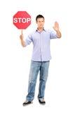 Bemannen Sie das Gestikulieren und das Anhalten eines Verkehrszeichenanschlags Lizenzfreie Stockbilder