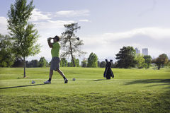 Bemannen Sie das Golf spielen am Stadt-Park, Denver, Kolorado Stockbild