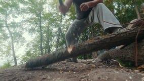 Bemannen Sie das Hacken des Holzes im Sommerwald für das Lagerfeuer stock footage