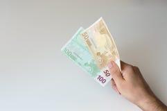 Bemannen Sie das Halten der Banknote des Euros hundert und fünfzig Lizenzfreie Stockfotos
