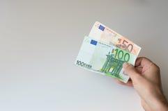 Bemannen Sie das Halten der Banknote des Euros hundert und fünfzig Stockfotografie