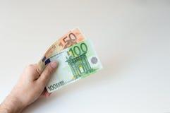 Bemannen Sie das Halten der Banknote des Euros hundert und fünfzig Stockbilder