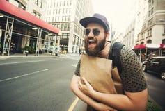 Bemannen Sie das Halten der Einkaufstasche in Soho, Manhattan, New York Stockbild