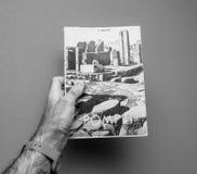 Bemannen Sie das Halten des alten Buches der Weinlese mit dem Titel Pompeji durch Amadeo Mai Lizenzfreie Stockbilder