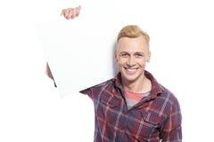 Bemannen Sie das Halten des Blattes Papier auf seiner Schulter Stockfotografie