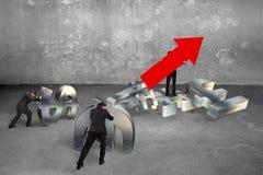 Bemannen Sie das Halten des Pfeiles herauf die Zeichengeschäftsmänner, die Währungszeichen drücken Stockfoto