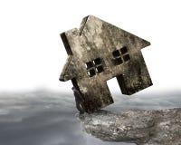Bemannen Sie das Halten des schmutzigen konkreten Hauses auf Klippenrand Lizenzfreies Stockfoto