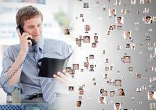 Bemannen Sie das Halten des Telefons und treten Sie mit Buch mit Profilporträts von Leuten in Verbindung Stockbild