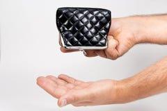 Bemannen Sie das Halten einer leeren Geldbörse über einer leeren Hand Das Konzept von Lizenzfreies Stockfoto
