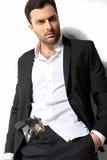 Mann, der ein Feuergewehr und -c$rauchen hält Stockfoto