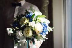 Bemannen Sie das Halten eines schönen Blumenstraußes in seiner Hand Lizenzfreies Stockbild
