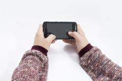 Bemannen Sie das Halten eines Schwarzes farbigen Telefons in seinen Händen lizenzfreie stockbilder