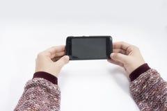 Bemannen Sie das Halten eines Schwarzes farbigen Telefons in seinen Händen lizenzfreies stockfoto