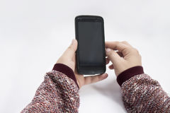 Bemannen Sie das Halten eines Schwarzes farbigen Telefons in seinen Händen stockbilder