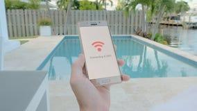 Bemannen Sie das Halten eines Smartphone, der an wifi anschließt stock video