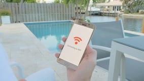 Bemannen Sie das Halten eines Smartphone, der an wifi anschließt stock footage