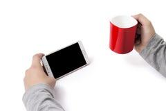 Bemannen Sie das Halten eines Telefons und der roten Schale in jeder Hand lizenzfreie stockbilder