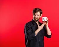 Bemannen Sie das Halten eines Würfels mit der Nr. acht Lizenzfreie Stockfotografie