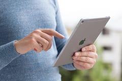 Bemannen Sie das Halten Handneues iPad im Proraum-Grau stockfotos