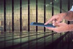 Bemannen Sie das Halten und das Berühren des Schirmes der digitalen Tablette Stockfotografie