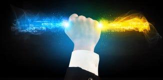 Bemannen Sie das Halten von bunten glühenden Daten in seinen Händen Stockfotos