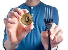 Bemannen Sie das Halten von einem Bitcoin auf einem weißen Hintergrund Lizenzfreie Stockbilder