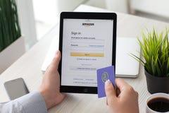Bemannen Sie das Halten von iPad Pro mit Internet-Einkaufsservice Amazonas Stockfoto