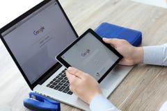 Bemannen Sie das Halten von iPad Pro mit Social Networking-Service Google Lizenzfreie Stockfotos