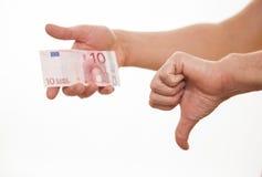 Bemannen Sie das Halten zehn Euro und darstellender Daumen unterzeichnen unten Lizenzfreie Stockbilder