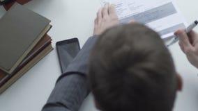 Bemannen Sie das Handeln der Schreibarbeit und Informationen heraus kreuzen, der Rechtsanwalt, der Kaufvertrag überprüft stock video footage