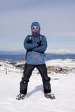Bemannen Sie das Handeln des Siegeszeichens nach Höchstgipfeltrekkingsleistung im Schneeberg auf Winterlandschaft Lizenzfreie Stockfotos