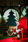 Bemannen Sie das Handeln Santa Clauss und das Warten auf das folgende Kind Stockfotografie