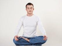 Bemannen Sie das Handeln von Yogaübung in der Haltung von Lotos lizenzfreies stockfoto
