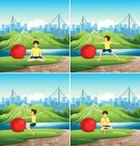 Bemannen Sie das Handeln von Yoga mit großem Ball im Park Lizenzfreie Stockbilder