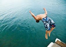 Bemannen Sie das Handeln zurück-leicht schlagen in See stockbild