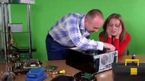 Bemannen Sie das Helfen seiner Kollegebürofrau, Computer zu reparieren Mädchenflirt stock video