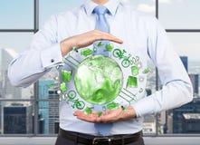 Bemannen Sie das Interessieren für saubere Umwelt, eco Energie, Schutz Lizenzfreie Stockfotos