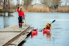 Bemannen Sie das Kayak fahren auf dem roten Kajak auf dem Fluss 17 stockbilder