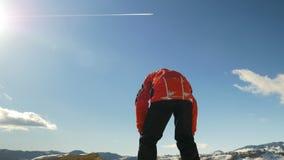 Bemannen Sie das Klettern auf die Oberseite einer großen Gebirgsklippe und das Feiern seines Erfolgs stock footage