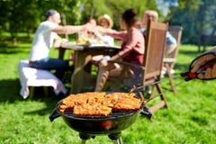 Bemannen Sie das Kochen des Fleisches auf Grillgrill am Sommerfest lizenzfreie stockfotos