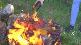 Bemannen Sie das Kochen des gegrillten Gemüses, brennendes Feuer in der Zeitlupe stock video footage