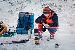 Bemannen Sie das Kochen des Lebensmittels beim Wandern im Winterberg Stockbilder