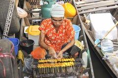 Bemannen Sie das Kochen des Lebensmittels am sich hin- und herbewegenden Markt in Bangkok, Thailand Lizenzfreie Stockbilder