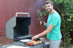 Bemannen Sie das Kochen einer leckeren Mahlzeit für seine Frau Stockfotografie