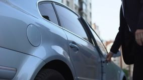 Bemannen Sie das Kommen in Auto, der persönliche Fahrer, der für Geschäftsmann, Taxiservice fährt stock video