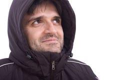 Bemannen Sie das Lächeln in der Winterjacke auf weißem Hintergrund Lizenzfreie Stockfotografie